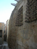 vicolo ed antiche mura - 11 ottobre 2007   - Salemi (2394 clic)