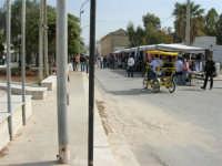 le bancarelle dei venditori ambulanti, la villa  - 25 aprile 2006   - San vito lo capo (1149 clic)