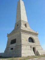 sul colle Pianto Romano, monumento - ossario (alto circa 30 metri) dedicato ai caduti garibaldini nella battaglia contro i Borbonici vinta da Garibaldi durante l'avanzata dei Mille verso la Capitale (15 maggio 1860) - 4 ottobre 2007    - Calatafimi segesta (767 clic)