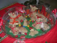 Istituto Comprensivo Pascoli - Rispettando la tradizione pasquale, ecco alcuni degli agnelli realizzati con la pasta di mandorle - 7 aprile 2006   - Castellammare del golfo (1292 clic)