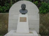 CROCEVIE - frazione di Valderice - Monumento dedicato a Don Bruno Puricelli - 1 febbraio 2009  - Valderice (3246 clic)