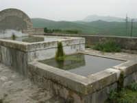 fontana su una strada di campagna - 17 aprile 2006  - San giuseppe jato (5093 clic)