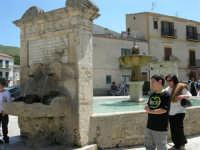la fontana al centro della piazza, costruita nel 1608 - 23 aprile 2006   - Palazzo adriano (1438 clic)