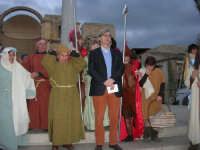 Epifania drammatizzata con quadri viventi a Salemi - il Sindaco Vittorio Sgarbi in posa con gli interpreti per le foto ricordo - 6 gennaio 2009    - Salemi (3000 clic)