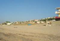 spiaggia e case nei pressi del cavalcavia lato est - 3 luglio 2007  - Alcamo marina (1118 clic)