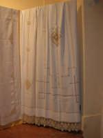 I edizione Per le antiche scale - All'interno dell'ex Chiesa di Maria SS. degli Agonizzanti - sec. XVII - (aula consiliare), mostra artigianale del ricamo - 16 settembre 2007  - Castellammare del golfo (639 clic)