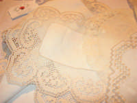 I edizione Per le antiche scale - All'interno dell'ex Chiesa di Maria SS. degli Agonizzanti - sec. XVII - (aula consiliare), mostra artigianale del ricamo - 16 settembre 2007  - Castellammare del golfo (621 clic)