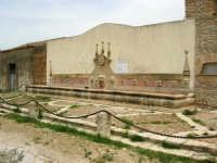 antica città nei pressi di Partinico - fontana abbeveratoio a 14 bocche - 1 giugno 2008  - Valguarnera ragali (4231 clic)