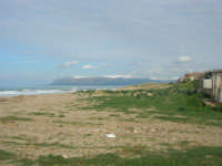 zona Tonnara - la spiaggia ed il mare d'inverno - monti del palermitano innevati - 16 febbraio 2009  - Alcamo marina (2588 clic)