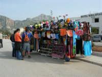 lungomare: la variopinta mercanzia di un venditore ambulante - 25 aprile 2006   - San vito lo capo (1181 clic)