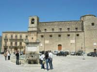 la fontana al centro della piazza, costruita nel 1608, Palazzo Comunale e Chiesa Maria SS. Assunta - 23 aprile 2006   - Palazzo adriano (1893 clic)