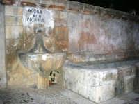 FONTANA  PONTE - fontana in via Libertà (dimensioni mt.7,20 X 1,60) con due fori d'uscita laterali a parete che erogano l'acqua in due fonte di pietra semisferiche con diametro di m. 1,10, è costruita interamente in pietra calcarea gialla - 9 ottobre 2007   - Vita (4874 clic)