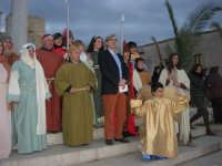 Epifania drammatizzata con quadri viventi a Salemi - il Sindaco Vittorio Sgarbi in posa con gli interpreti per le foto ricordo - 6 gennaio 2009    - Salemi (3308 clic)