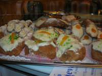 Cene di San Giuseppe - degustazione di prodotti tipici enogastronomici - sfinci di San Giuseppe e cannoli - 15 marzo 2009   - Salemi (2954 clic)
