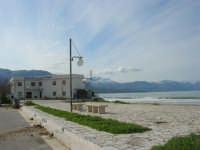 zona Battigia - il lungomare e l'hotel - monti di Castellammare innevati - 16 febbraio 2009  - Alcamo marina (2431 clic)