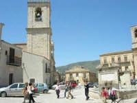 la fontana al centro della piazza, costruita nel 1608, Palazzo Comunale e Campanile Chiesa Maria SS.  del Lume - 23 aprile 2006   - Palazzo adriano (1629 clic)