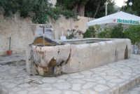 la fontana nella piazzetta - 19 settembre 2007  - Scopello (815 clic)