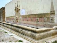 antica città nei pressi di Partinico - fontana abbeveratoio a 14 bocche - 1 giugno 2008  - Valguarnera ragali (7515 clic)