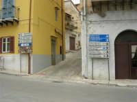 per le vie del paese: cartelli con indicazioni bilingue - 17 aprile 2006  - Piana degli albanesi (3502 clic)