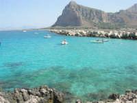 mare stupendo oltre il porto, sulla strada che porta al faro - Monte Monaco - 23 agosto 2008  - San vito lo capo (464 clic)