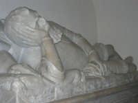 nobile condottiero spagnolo don Fernando de Celada de Vega, governatore di Alcamo, fece costruire il Santuario della Madonna dei Miracoli. Volle che il suo corpo, alla morte, venisse seppellito in questa chiesa. Le sue ceneri sono racchiuse nel sarcofago di marmo bianco, opera dello scultore Rocco Rapi - 6 settembre 2008   - Alcamo (975 clic)
