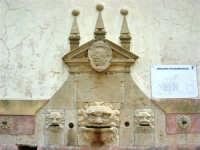 antica città nei pressi di Partinico - fontana abbeveratoio a 14 bocche: particolare - 1 giugno 2008  - Valguarnera ragali (3830 clic)