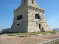 sul colle Pianto Romano, monumento - ossario (alto circa 30 metri) dedicato ai caduti garibaldini nella battaglia contro i Borbonici vinta da Garibaldi durante l'avanzata dei Mille verso la Capitale (15 maggio 1860) - 4 ottobre 2007    - Calatafimi segesta (763 clic)