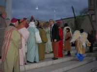 Epifania drammatizzata con quadri viventi a Salemi - il Sindaco Vittorio Sgarbi si sofferma a parlare con gli interpreti - 6 gennaio 2009    - Salemi (3550 clic)