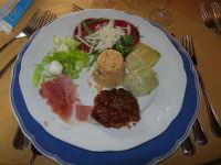 antipasto: bresaola condita - speck - pomodoro secco - cou cous di verdure - carciofi agli aromi - mozzarelline condite - L'Agorà di Segesta - 14 dicembre 2008   - Segesta (2469 clic)