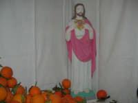 Gli altari di San Giuseppe - il Sacro Cuore tra le arance da offrire ai visitatori - 18 marzo 2009  - Balestrate (4202 clic)