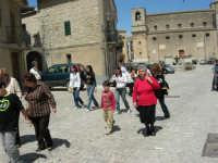 la fontana al centro della piazza e Chiesa Maria SS.  Assunta - 23 aprile 2006   - Palazzo adriano (1716 clic)