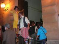 I edizione Per le antiche scale - Dinanzi all'Arena delle Rose, il gruppo di artisti di strada TANTO DI CAPPELLO invita simpaticamente la gente ad entrare per assistere allo spettacolo - 16 settembre 2007    - Castellammare del golfo (966 clic)