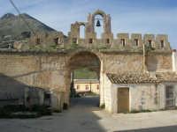 Castello di Baida - dal cortile interno verso l'esterno - Monte Sparagio - 21 febbraio 2009  - Balata di baida (3148 clic)