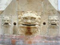 antica città nei pressi di Partinico - fontana abbeveratoio a 14 bocche: particolare - 1 giugno 2008  - Valguarnera ragali (3687 clic)