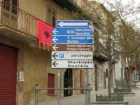 per le vie del paese: cartelli con indicazioni bilingue - 17 aprile 2006  - Piana degli albanesi (4311 clic)