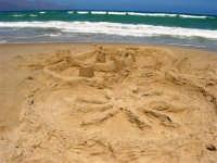 zona tra Tonnara e Battigia: castelli di sabbia - 3 agosto 2006  - Alcamo marina (1325 clic)