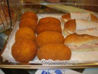 Cene di San Giuseppe - degustazione di prodotti tipici enogastronomici - arancine e panini imbottiti al prosciutto - 15 marzo 2009   - Salemi (2699 clic)