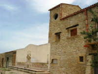 antica città nei pressi di Partinico - fontana abbeveratoio a 14 bocche - 1 giugno 2008  - Valguarnera ragali (3990 clic)