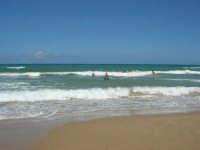 mare agitato: bellissimo giocare con le onde! - 31 luglio 2007  - Alcamo marina (921 clic)
