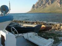 Golfo di Bonagia: barche sugli scogli e monte Cofano - 27 aprile 2008   - Cornino (895 clic)