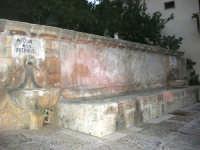 FONTANA  PONTE - fontana in via Libertà (dimensioni mt.7,20 X 1,60) con due fori d'uscita laterali a parete che erogano l'acqua in due fonte di pietra semisferiche con diametro di m. 1,10, è costruita interamente in pietra calcarea gialla - 9 ottobre 2007   - Vita (5647 clic)