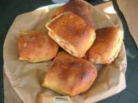 Pani cunzatu - pane condito con olio, sale, origano, sarde salate, pomidoro e formaggio fresco - 18 agosto 2008   - Scopello (5909 clic)