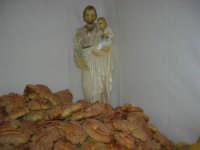 Gli altari di San Giuseppe - San Giuseppe con il Bambino tra i pani da offrire ai visitatori - 18 marzo 2009  - Balestrate (6866 clic)