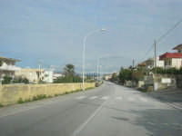 lungo la strada - all'orizzonte i monti del palermitano innevati - 16 febbraio 2009  - Alcamo marina (2528 clic)