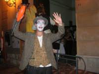 I edizione Per le antiche scale - Dinanzi all'Arena delle Rose, il gruppo di artisti di strada TANTO DI CAPPELLO invita simpaticamente la gente ad entrare per assistere allo spettacolo. In primo piano Virgilio Rattoballi - 16 settembre 2007    - Castellammare del golfo (1465 clic)