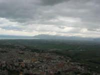panorama dal monte Bonifato: Alcamo (lato est), golfo di Castellammare e monti innevati di Palermo - 15 febbraio 2009   - Alcamo (2499 clic)