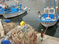 reti da pesca e barche attraccate al molo del porticciolo - 16 aprile 2006  - Marinella di selinunte (6002 clic)