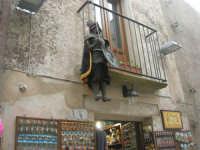 il pupo al balcone - 1 maggio 2009   - Erice (2330 clic)
