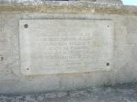 sul colle Pianto Romano, monumento - ossario dedicato ai caduti garibaldini nella battaglia contro i Borbonici vinta da Garibaldi durante l'avanzata dei Mille verso la Capitale (15 maggio 1860)- Lapide commemorativa nel centenario dell'unità d'Italia, 1960 - 4 ottobre 2007    - Calatafimi segesta (1451 clic)