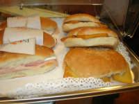 Cene di San Giuseppe - degustazione di prodotti tipici enogastronomici - panini imbottiti al prosciutto e con le panelle - 15 marzo 2009   - Salemi (2871 clic)